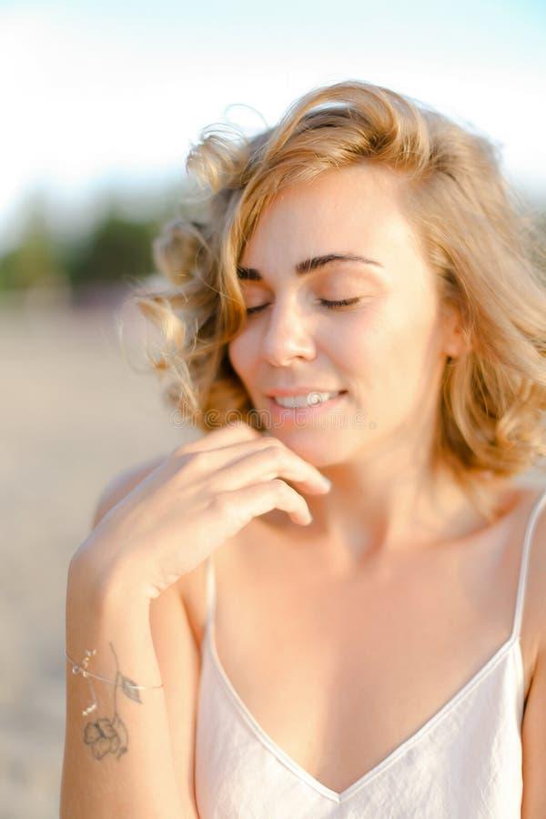 年轻白肤金发的俏丽的妇女接近的画象没有构成的 免版税库存照片