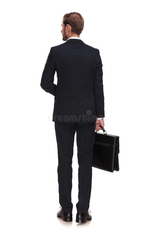 年轻白肤金发的商人等待的面试后面看法  免版税库存照片