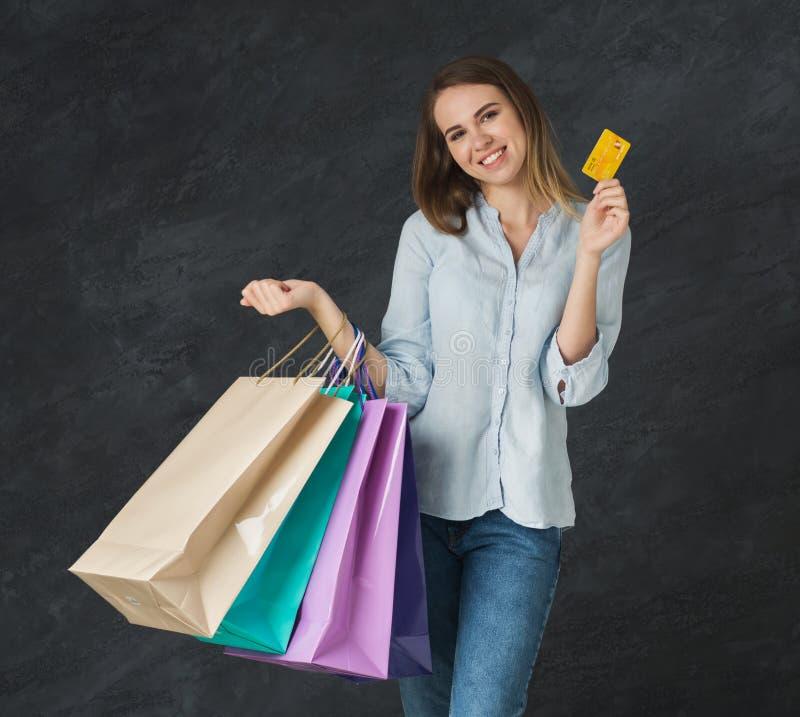 年轻白肤金发的妇女的图片有购物袋的 库存图片