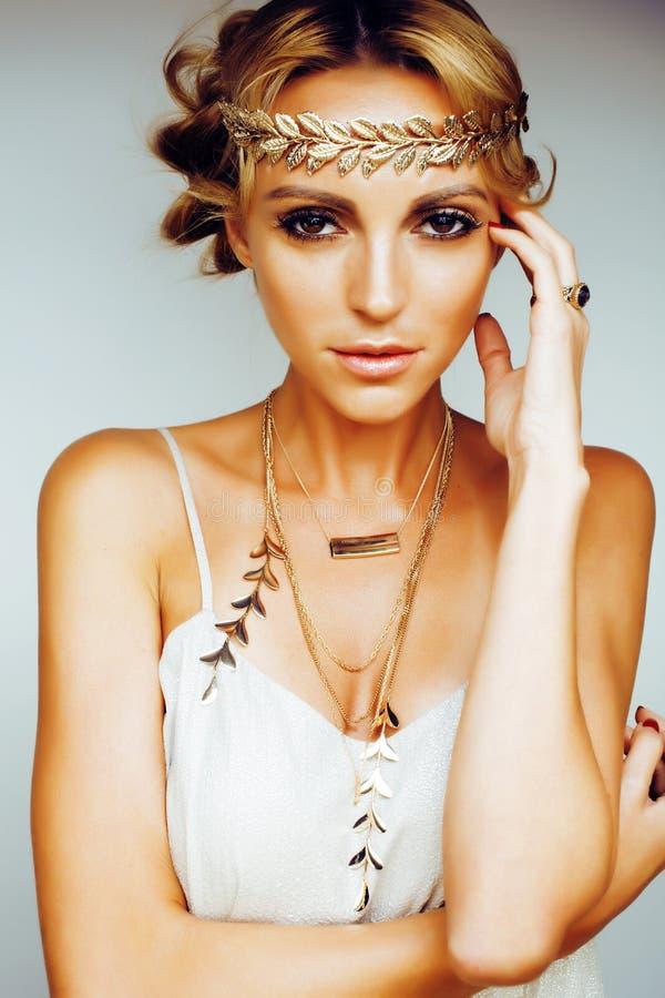 年轻白肤金发的妇女穿戴了象古希腊女神,金jewelr 库存图片