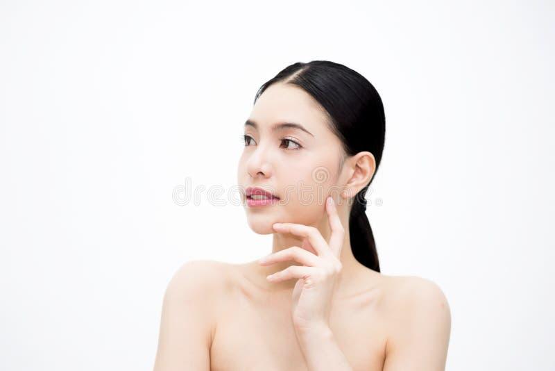 年轻秀丽亚洲面孔,美丽的妇女被隔绝在白色背景 医疗保健和Skincare概念 图库摄影