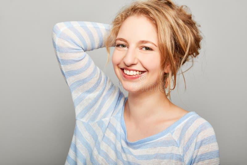 年轻笑的白肤金发的妇女 图库摄影