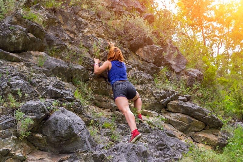 年轻红发女孩登山人 免版税库存照片