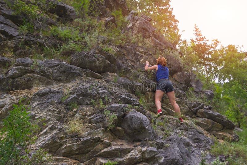 年轻红发女孩登山人 库存照片