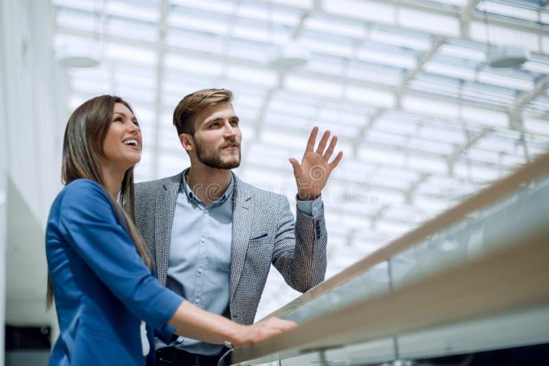 年轻经理夫妇在一个新的办公室站立 免版税库存图片