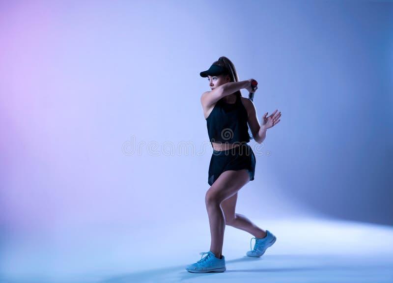 年轻网球员做正手射击 库存图片