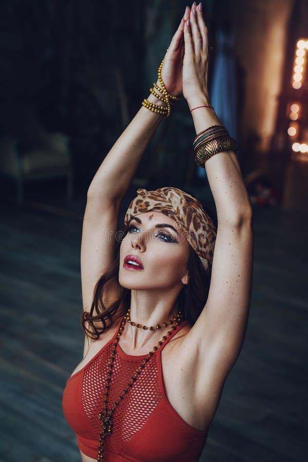 年轻美丽的信奉瑜伽者妇女 免版税库存照片