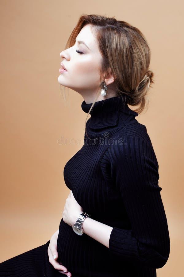 年轻美丽的典雅和时髦的孕妇 图库摄影