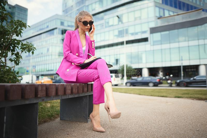 年轻美丽的女商人谈话在电话 E 免版税图库摄影