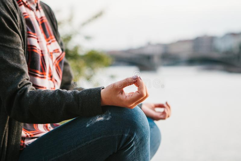 年轻美丽的女孩实践的瑜伽和凝思 免版税库存照片