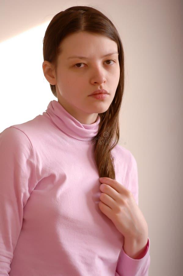 年轻美丽的女孩显示她的年轻身体的摄影师零件 E 库存照片