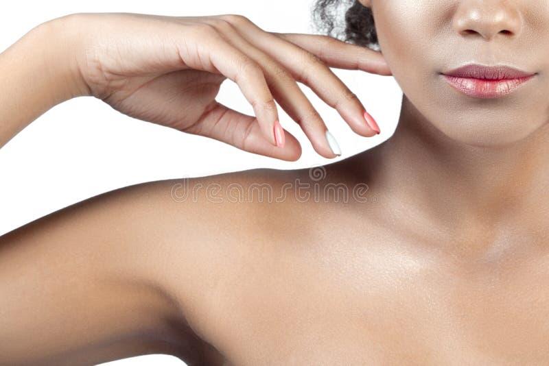 年轻美丽的女孩的棕榈和嘴唇有干净的完善的皮肤分类的 免版税库存图片