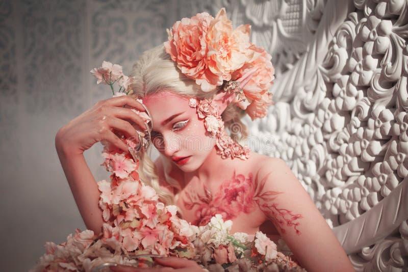 年轻美丽的女孩矮子 创造性的构成和bodyart 免版税库存照片