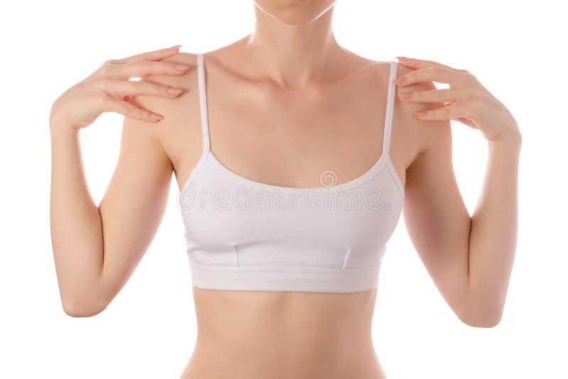 年轻美丽的妇女在肩膀秀丽健康的白色T恤杉上面胸罩手上炫耀锻炼 库存图片