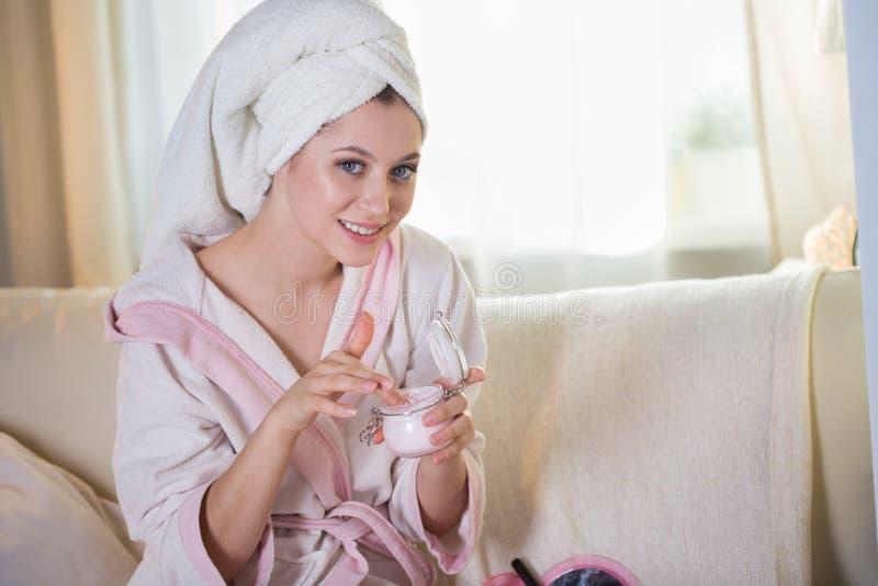 年轻美丽的妇女房子晨衣的和有毛巾的 库存图片