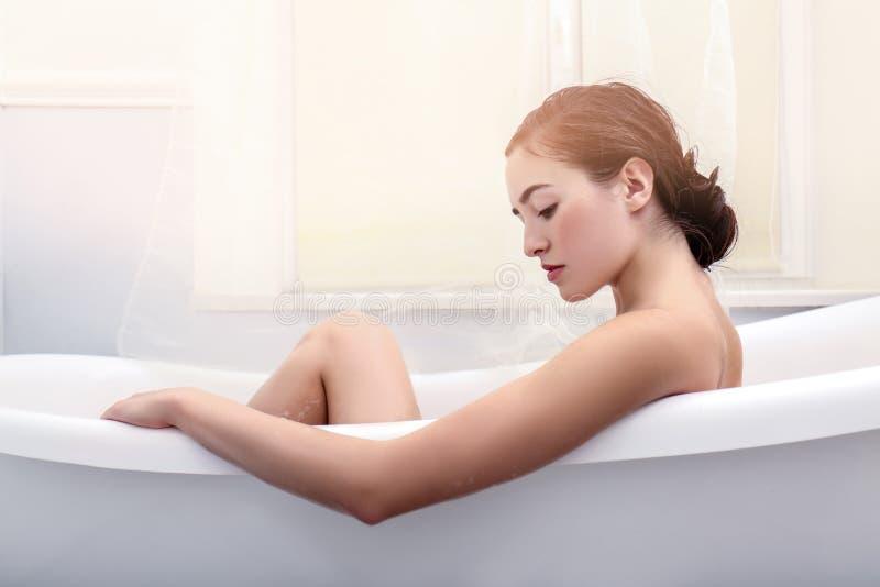 年轻美丽的妇女松弛浴 免版税图库摄影