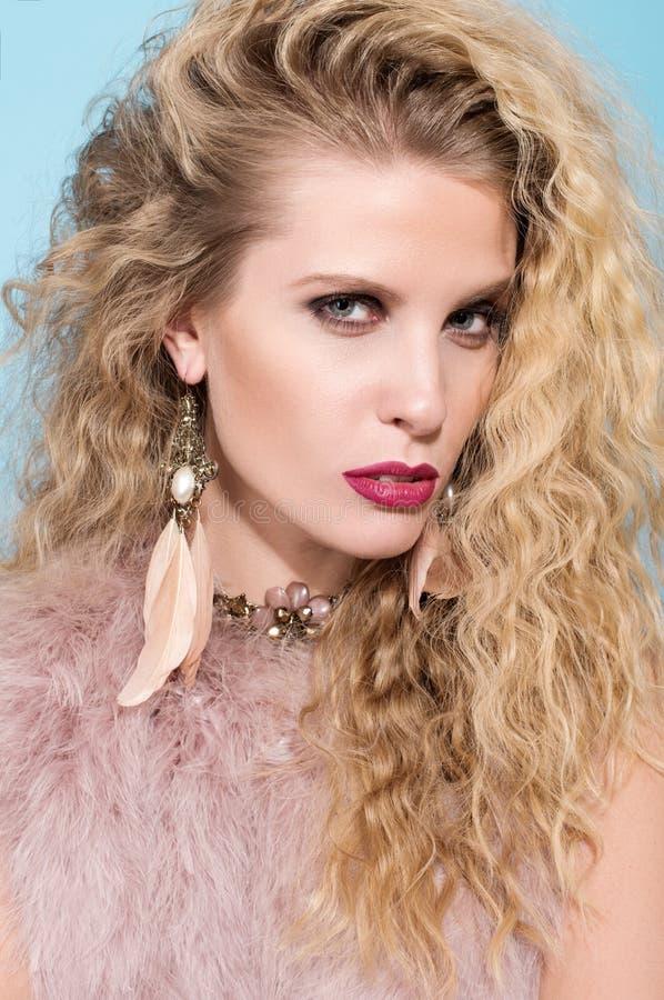 年轻美丽的妇女特写镜头时尚画象  构成和波浪金黄头发 免版税库存图片