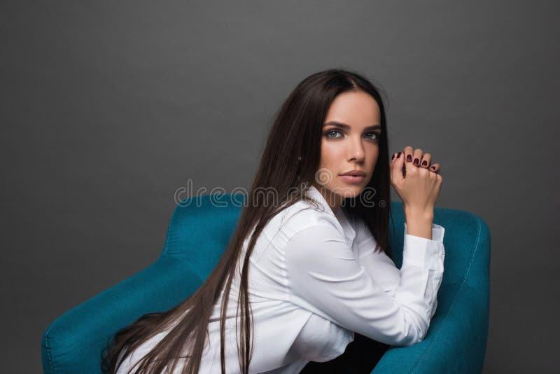 年轻美丽的妇女特写镜头画象有有美丽的长的头发的 坐和摆在演播室 画象时髦, cheerfu 免版税库存图片