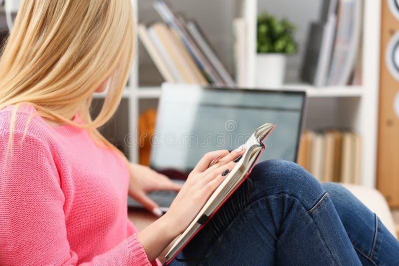 年轻美丽的妇女读了书研究艰苦为检查做准备 库存图片