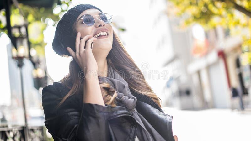 年轻美丽的妇女谈的电话户外 图库摄影