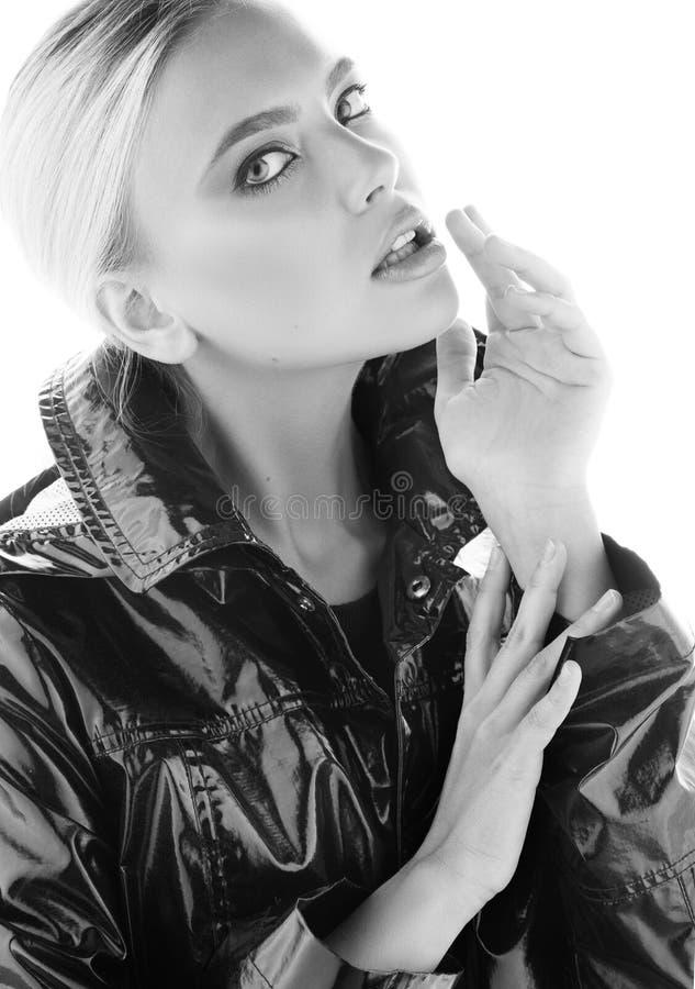 年轻美丽的妇女黑白时尚画象有软的皮肤的 太面对的接触手指 库存照片