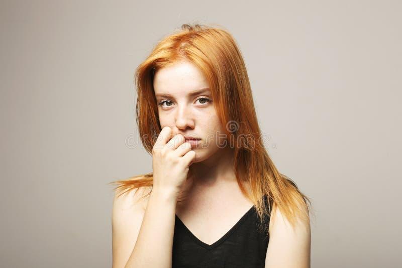 年轻美丽的妇女,有吸引力的自然红头发人,显示情感,表情,摆在被隔绝的背景 免版税库存图片