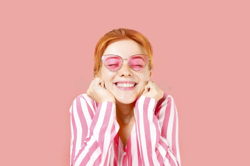 年轻美丽的妇女,有吸引力的自然红头发人,显示情感,表情,摆在被隔绝的背景 免版税图库摄影