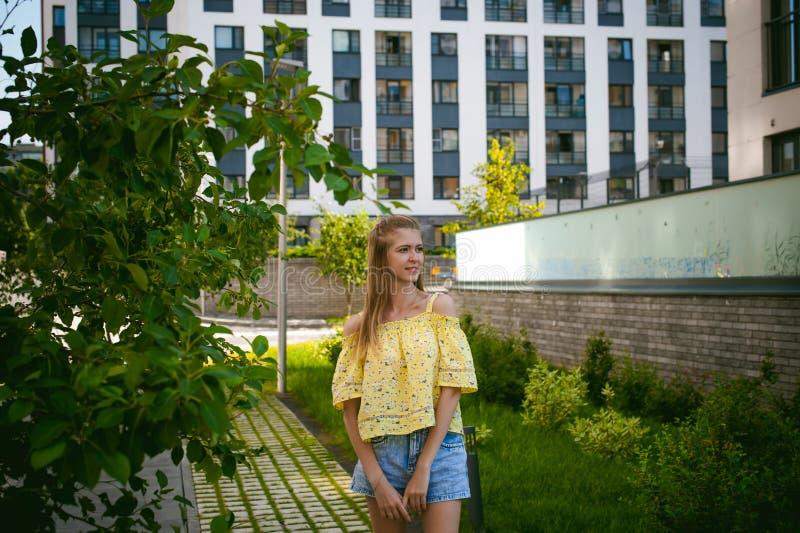 年轻美丽的妇女,温暖的夏天晴天 免版税图库摄影