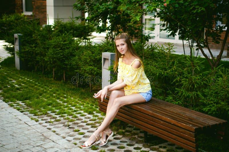 年轻美丽的妇女,温暖的夏天晴天 图库摄影