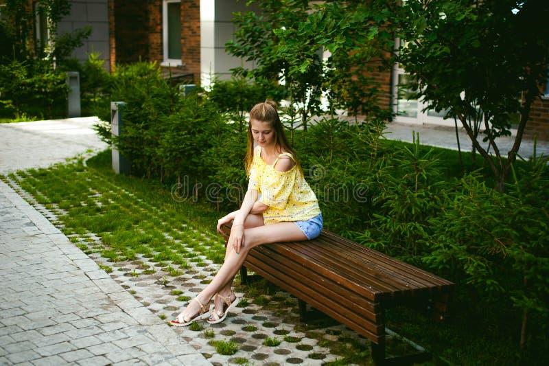 年轻美丽的妇女,温暖的夏天晴天 免版税库存照片