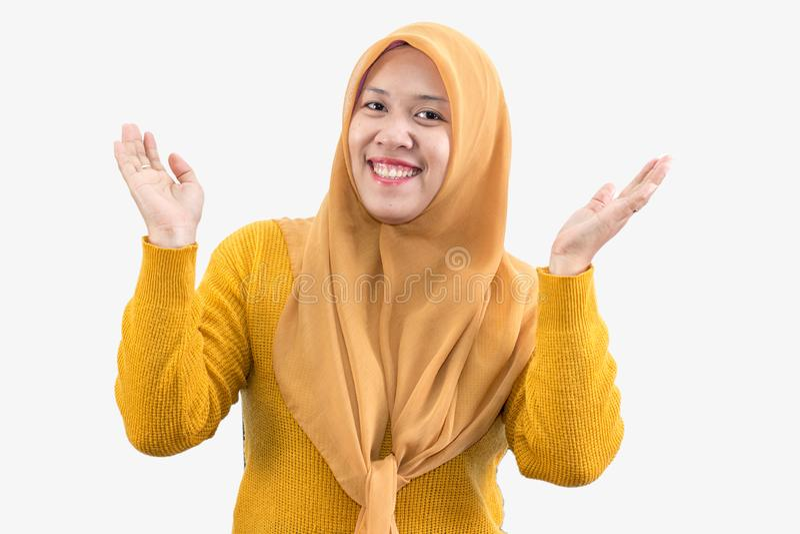 年轻美丽的微笑的亚裔妇女表达惊奇和激动 免版税图库摄影