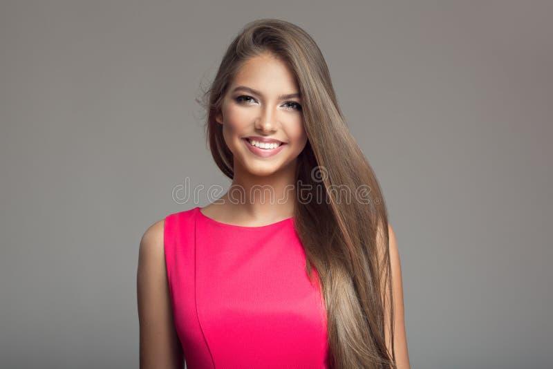 年轻美丽的微笑的愉快的妇女画象  长期头发 免版税图库摄影
