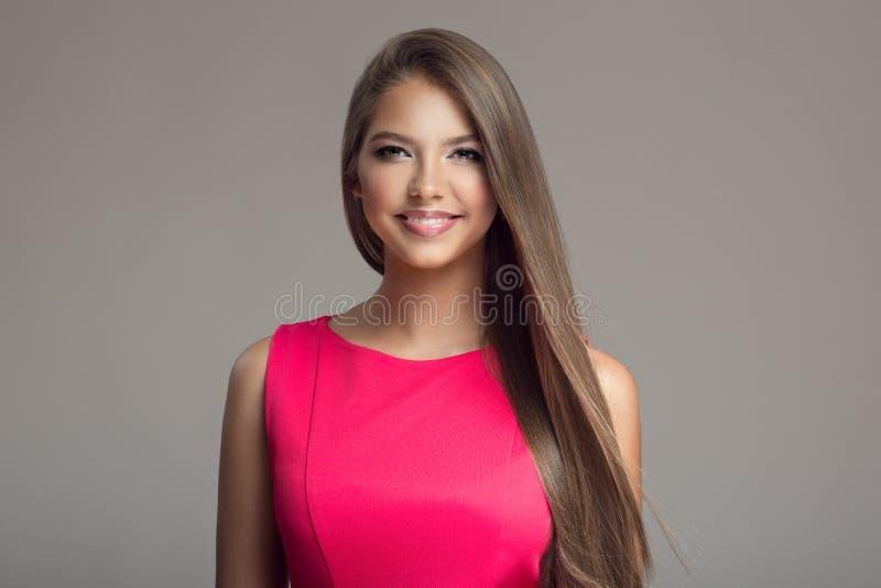 年轻美丽的微笑的愉快的妇女 长期头发 库存照片