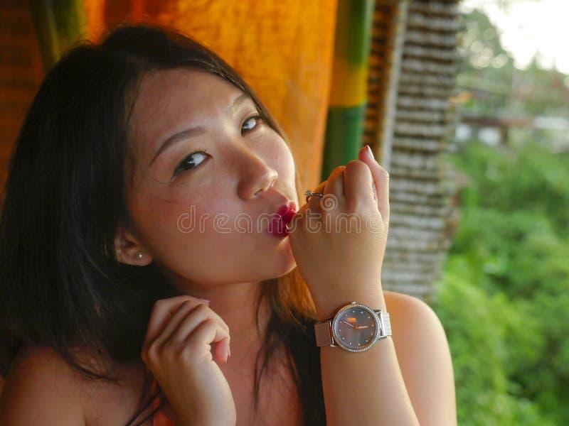 年轻美丽的愉快的亚裔亲吻金刚石的韩国女人佩带的定婚戒指骄傲在接受结婚提议以后在 库存图片
