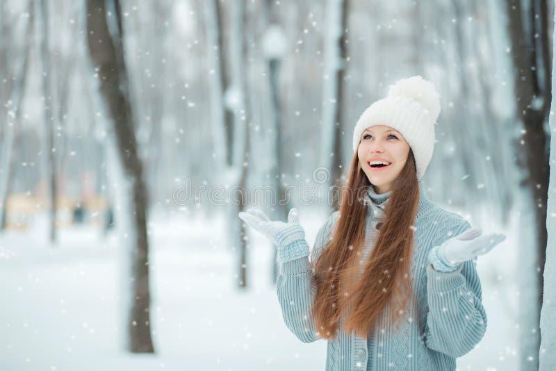 年轻美丽的愉快的微笑的女孩、佩带的时髦的被编织的冬天帽子和手套室外特写镜头画象  式样表达的j 库存照片