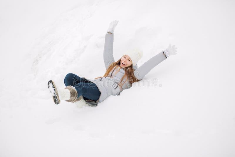 年轻美丽的愉快的微笑的女孩、佩带的时髦的被编织的冬天帽子和手套室外特写镜头画象  式样表达的j 免版税图库摄影