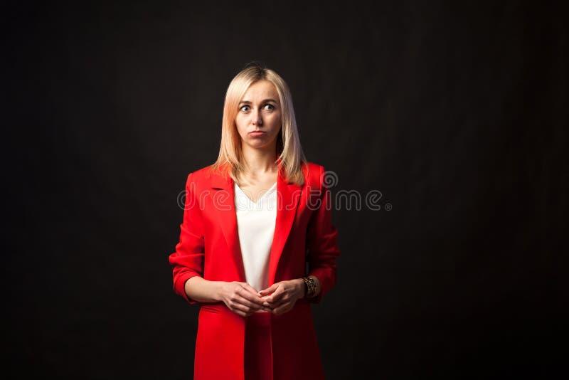 年轻美丽的白白肤金发的女孩 免版税库存照片