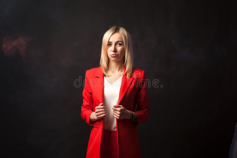年轻美丽的白白肤金发的女孩 免版税库存图片