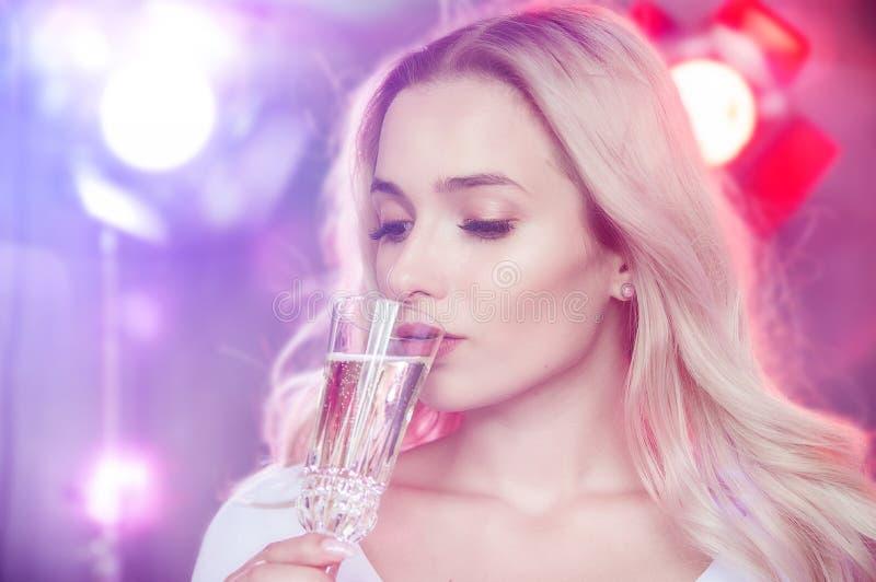年轻美丽的白肤金发的女孩庆祝狂欢节 免版税库存照片