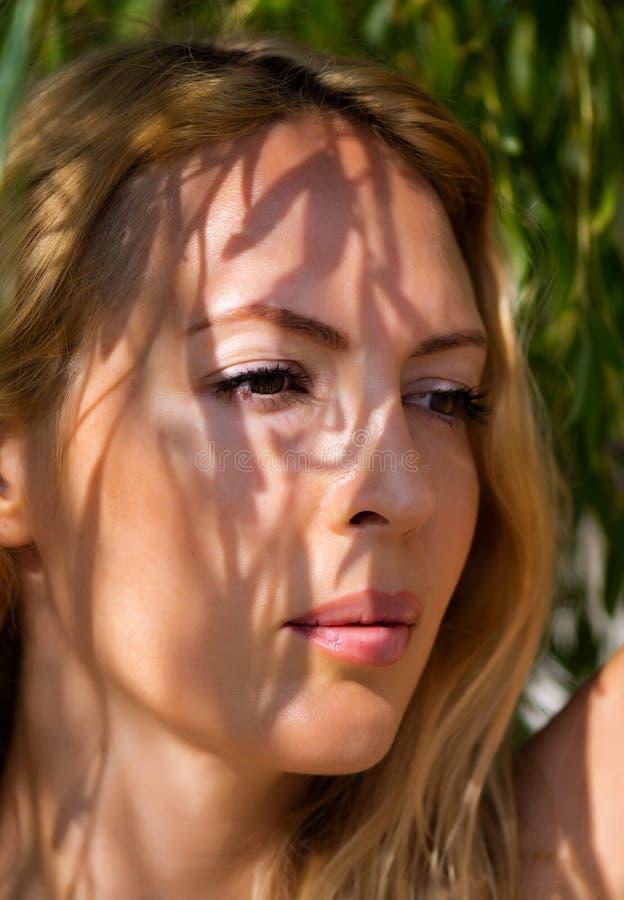 年轻美丽的白肤金发的妇女宏观画象  库存图片