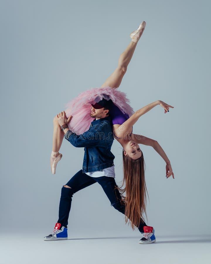 年轻美丽的舞蹈家在演播室摆在 免版税图库摄影