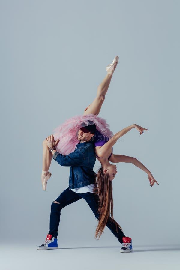 年轻美丽的舞蹈家在演播室摆在 库存照片