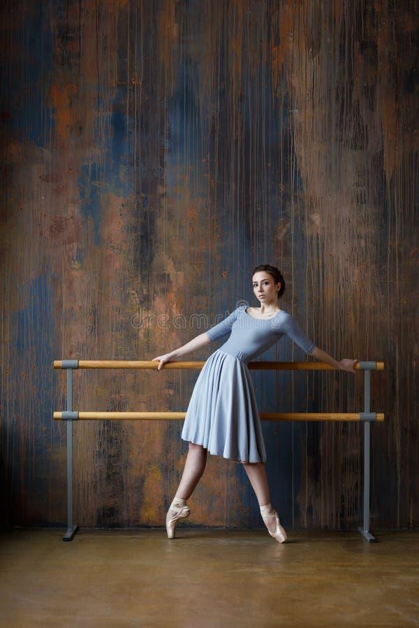 年轻美丽的芭蕾舞女演员在演播室摆在 免版税库存图片