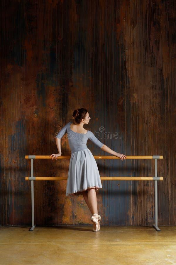 年轻美丽的芭蕾舞女演员在演播室摆在 库存图片