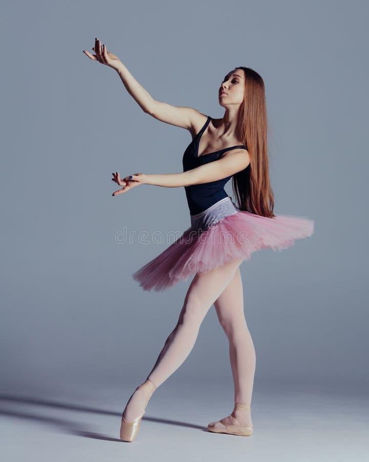 年轻美丽的芭蕾舞女演员在演播室摆在 免版税图库摄影