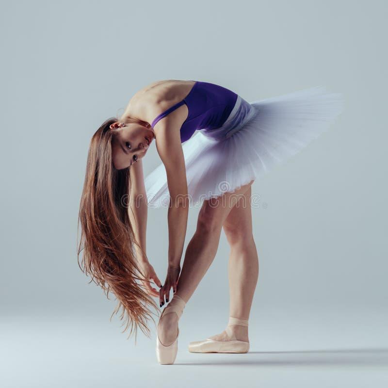 年轻美丽的芭蕾舞女演员在演播室摆在 图库摄影