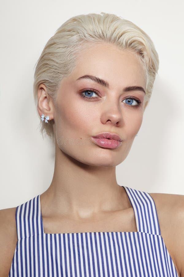 年轻美丽的被晒黑的白肤金发的妇女 免版税库存图片