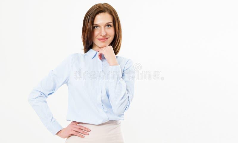 年轻美丽的逗人喜爱的快乐的深色的女孩微笑看在白色背景-愉快的妇女画象拷贝空间的照相机 库存图片