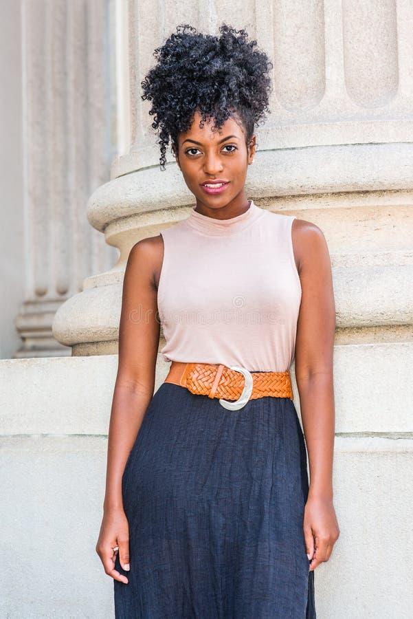 年轻美丽的非裔美国人的妇女画象在纽约,有非洲的发型的,佩带的无袖的淡色上面,黑 免版税库存照片