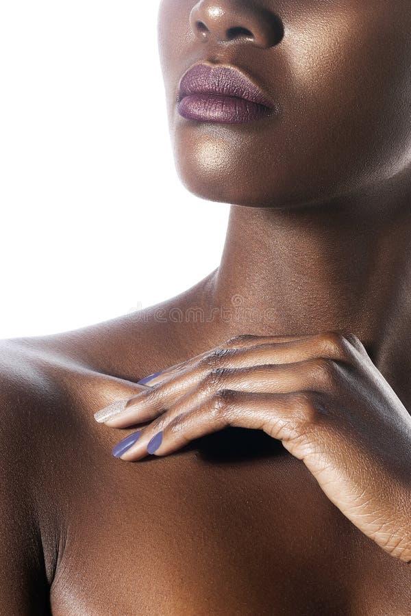 年轻美丽的黑人妇女的棕榈和嘴唇有干净的完善 免版税库存图片